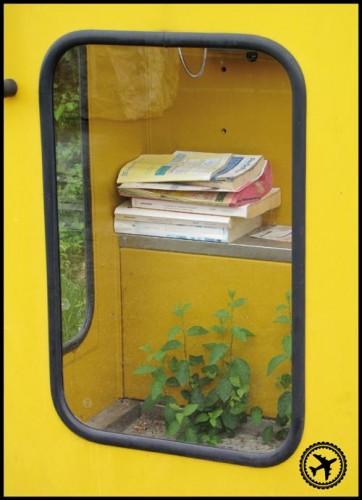 alte gelbe Telefonzelle
